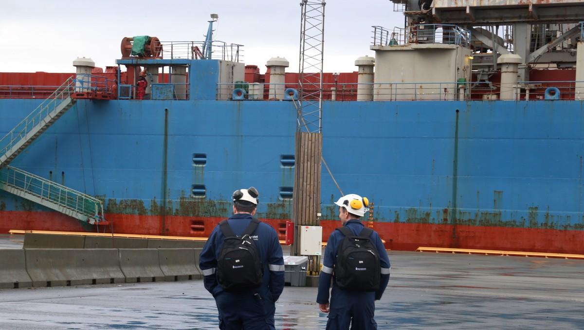 Sjøfartsdirektoratets inspektører på vei ombord i Tide Carrier