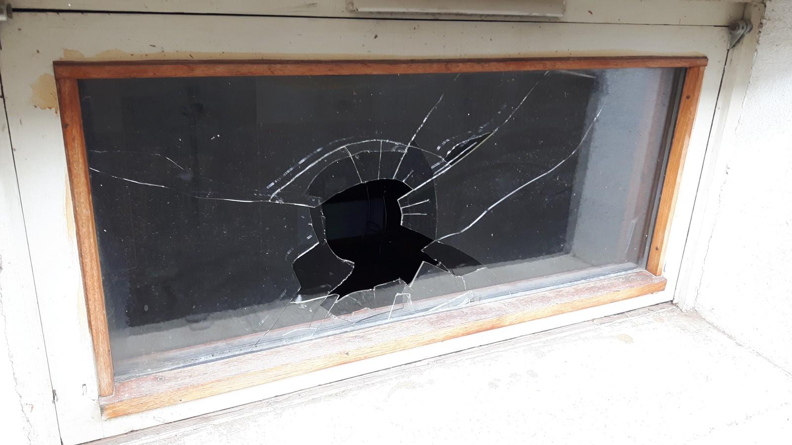 Det helt nye skolebygget for småskolen og SFO har blitt utsatt for hærverk. Rådmannen er usikker på om de får den ferdig til skolestart om få uker.