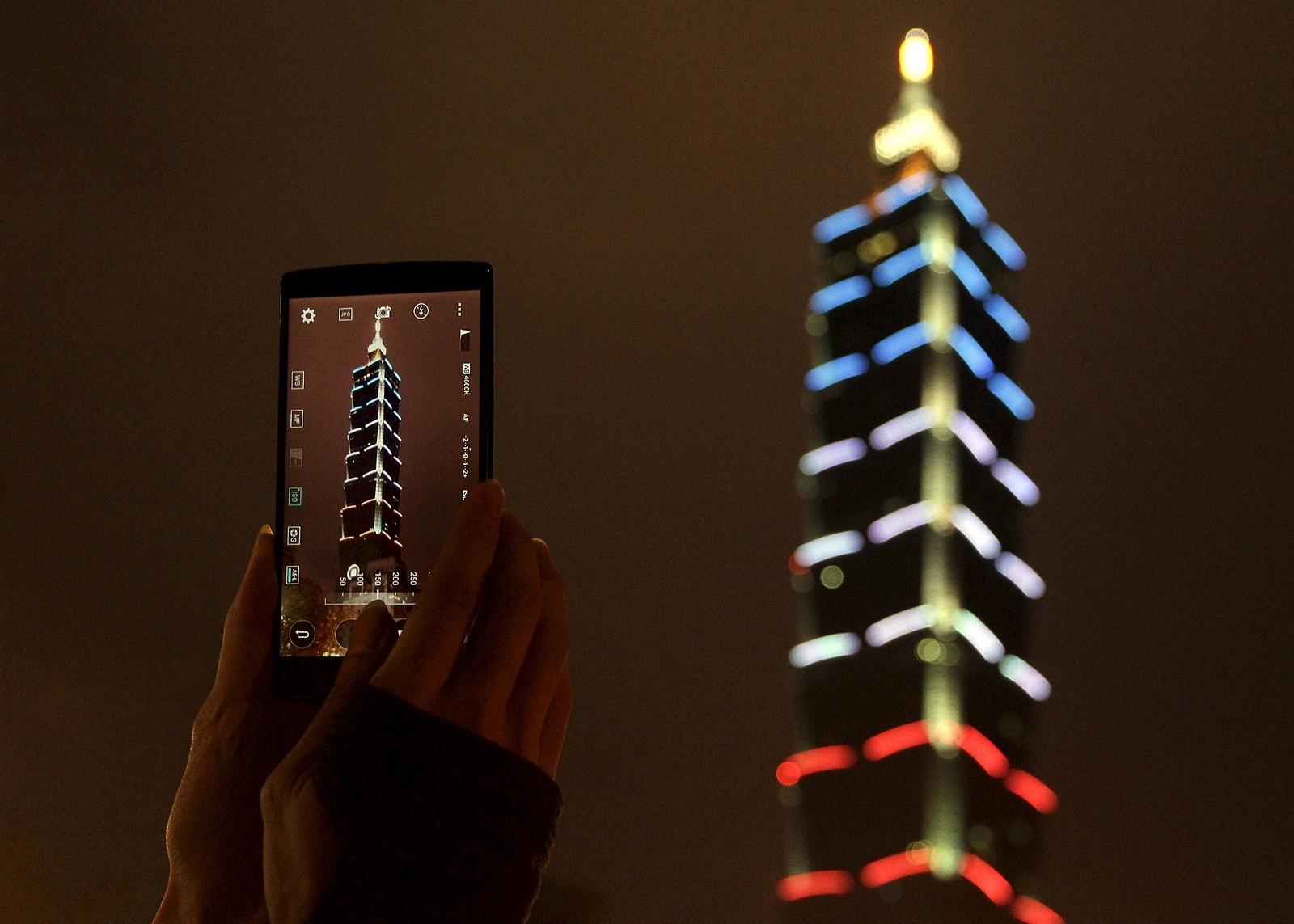 Landemerket «Taipei 101» lyste opp natten i Taiwan etter terrorangrepene i Paris.