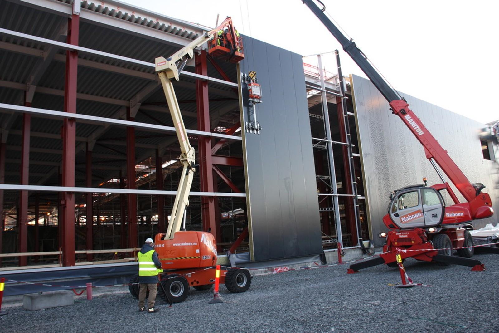 BYGGER RASKT: Rundt 100 meter av vognhallen er allerede oppført. Man begynner å sette opp og kle vegger i neste uke. Deretter vil bygget bli forlenget med 50 meter i uken.
