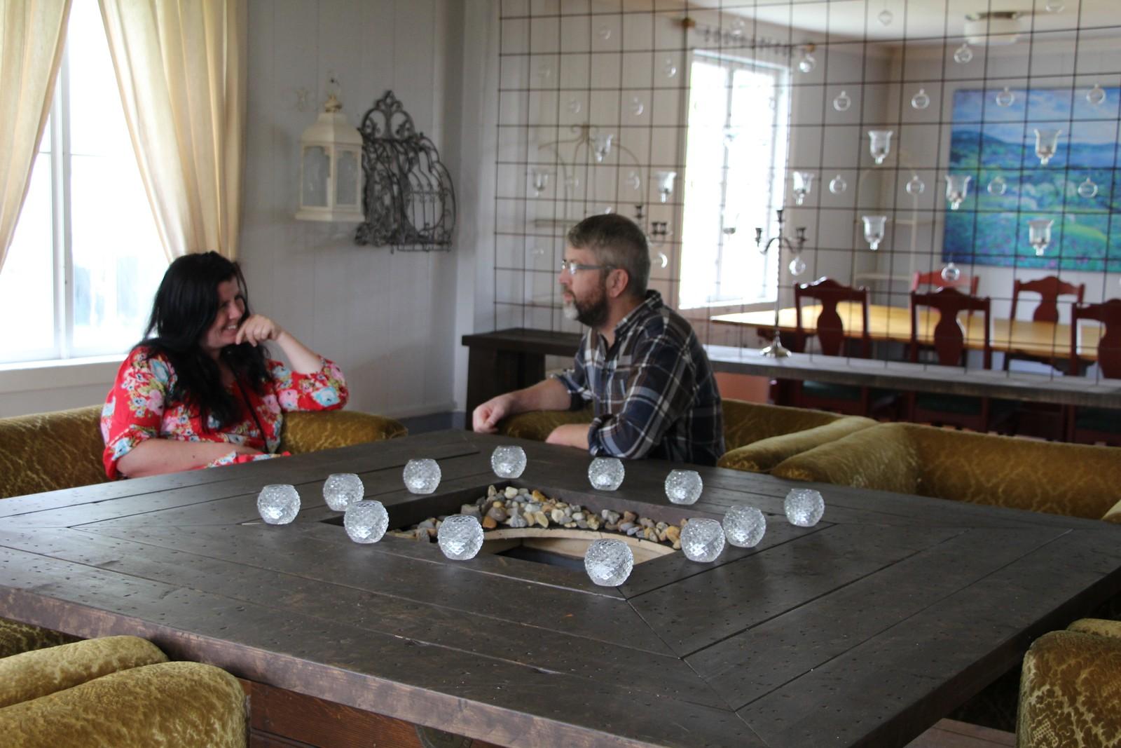 DIALOG: Kunstnerne Marit Austerheim og Jon Reidar Austerheim koser seg i en av stuene, der det er lagt opp til lengre samtaler.