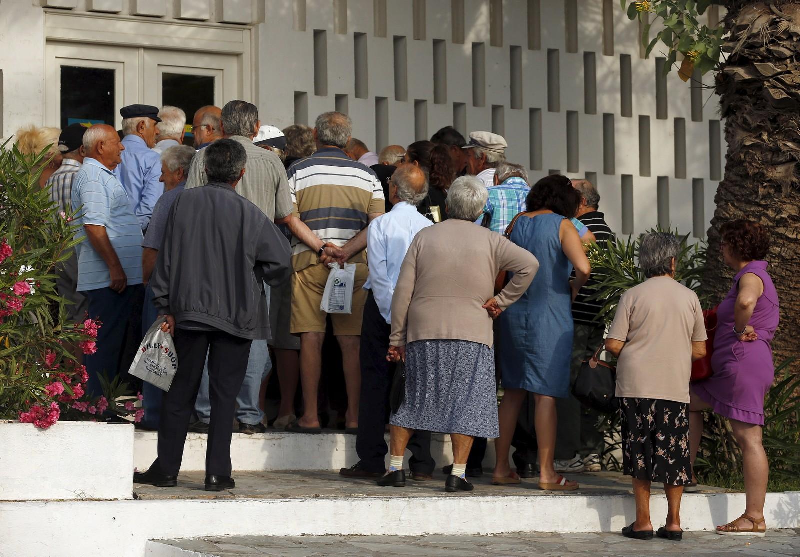 Greske pensjonister i kø utenfor en bank på øya Santorini.