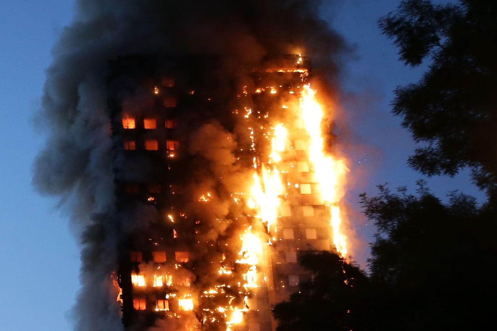 STORBRANN: Ifølge vitnebeskrivelser utviklet brannen seg svært raskt. Den 24 etasjer høye bygningen stod etterhvert i full fyr, mens mennesker var fanget inne i leilighetene sine.