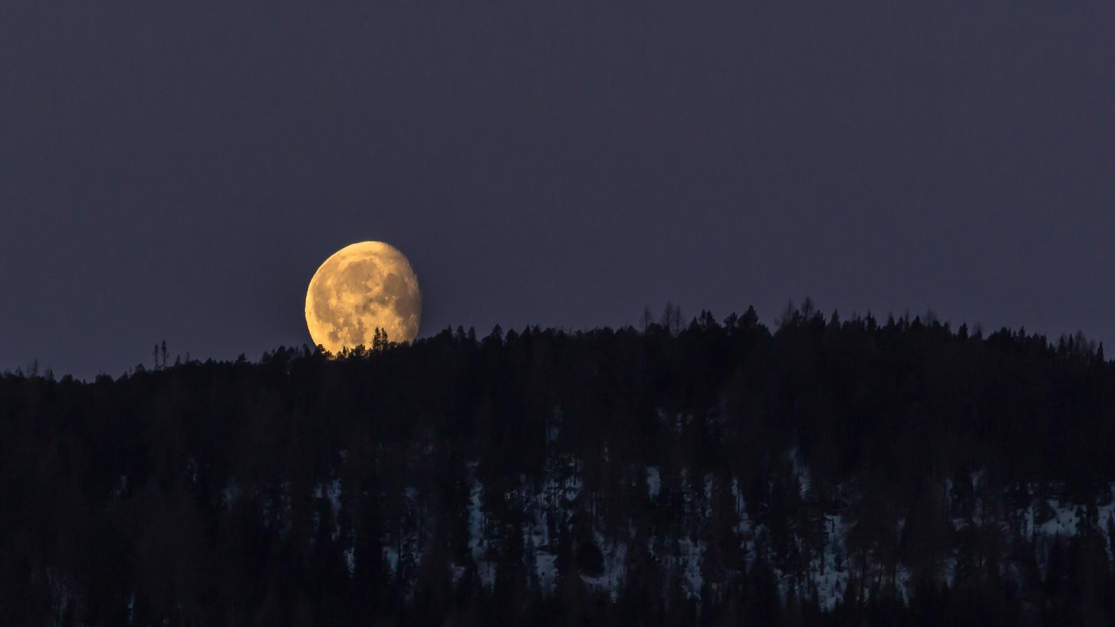 Månenedgang over Våttakammen i Trondheim