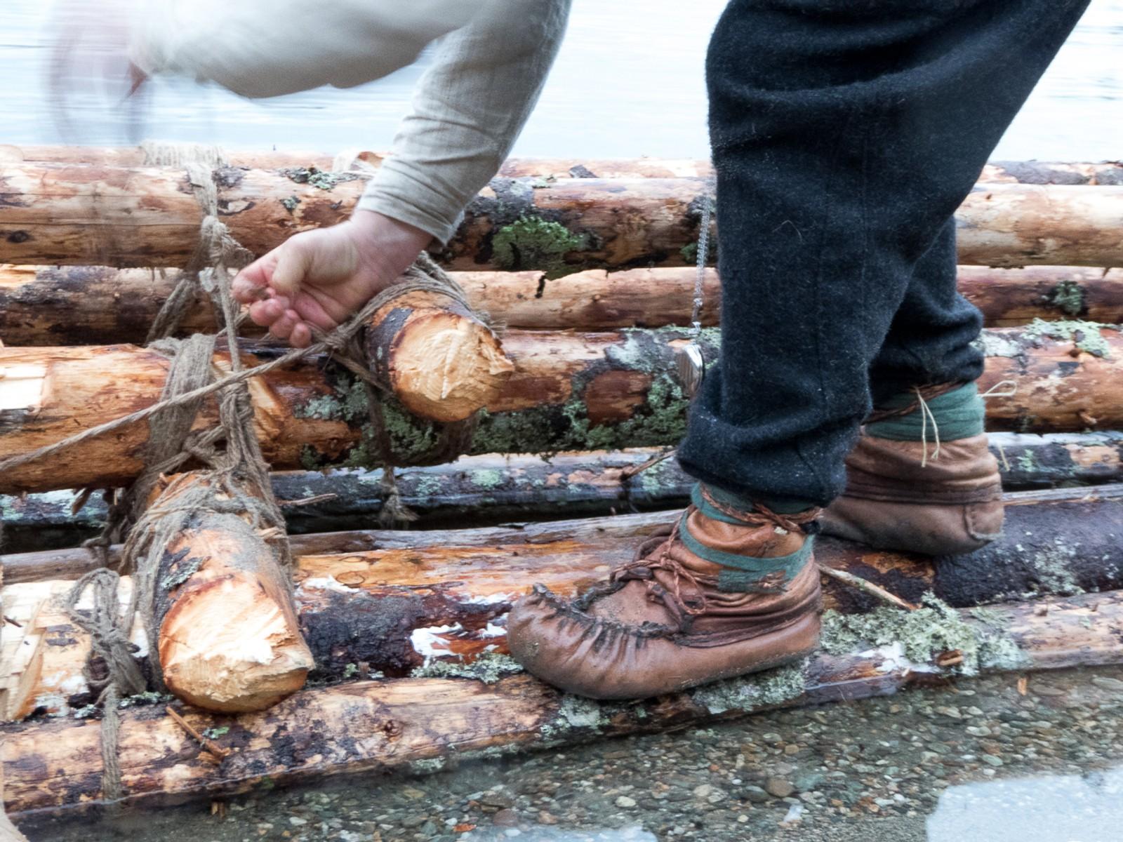 BYGGET FLÅTE: Ved Salsvatnet i Nord-Trøndelag måtte Lars Monsen bygge en flåte til å ta seg over med.