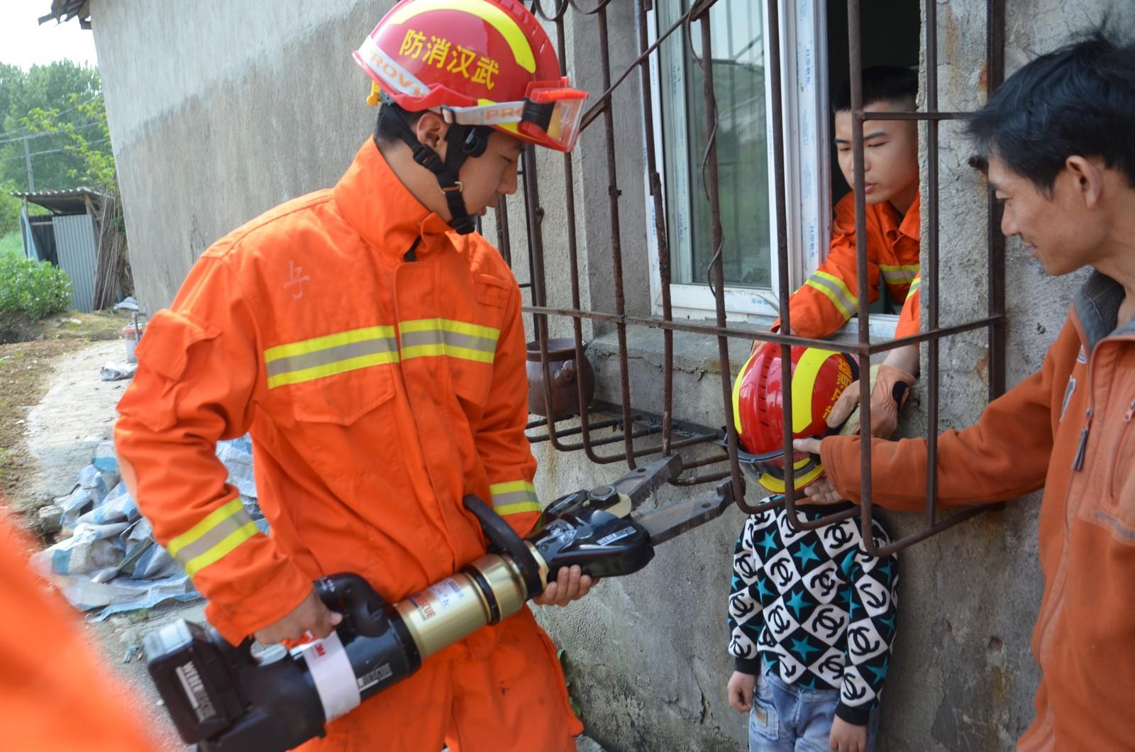 SATT FAST: En ung gutt måtte få hjelp av brannvesenet etter at han satte fast hodet sitt mellom metallgitteret utenfor et vindu i Wuhan i Hubeiprovinsen i Kina.