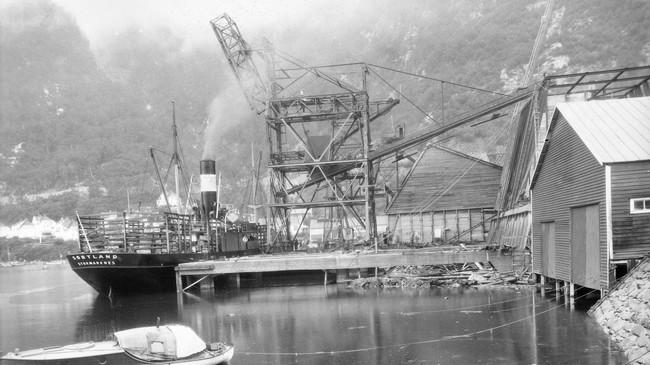 Montering av kaikran i 1917. Skipet ved kaia heiter Sortland og er heimehøyrande i Stokmarknes. Foto: Eugene Nordahl-Olsen. Eigar: Hydro/Fylkesarkivet i Sogn og Fjordane.