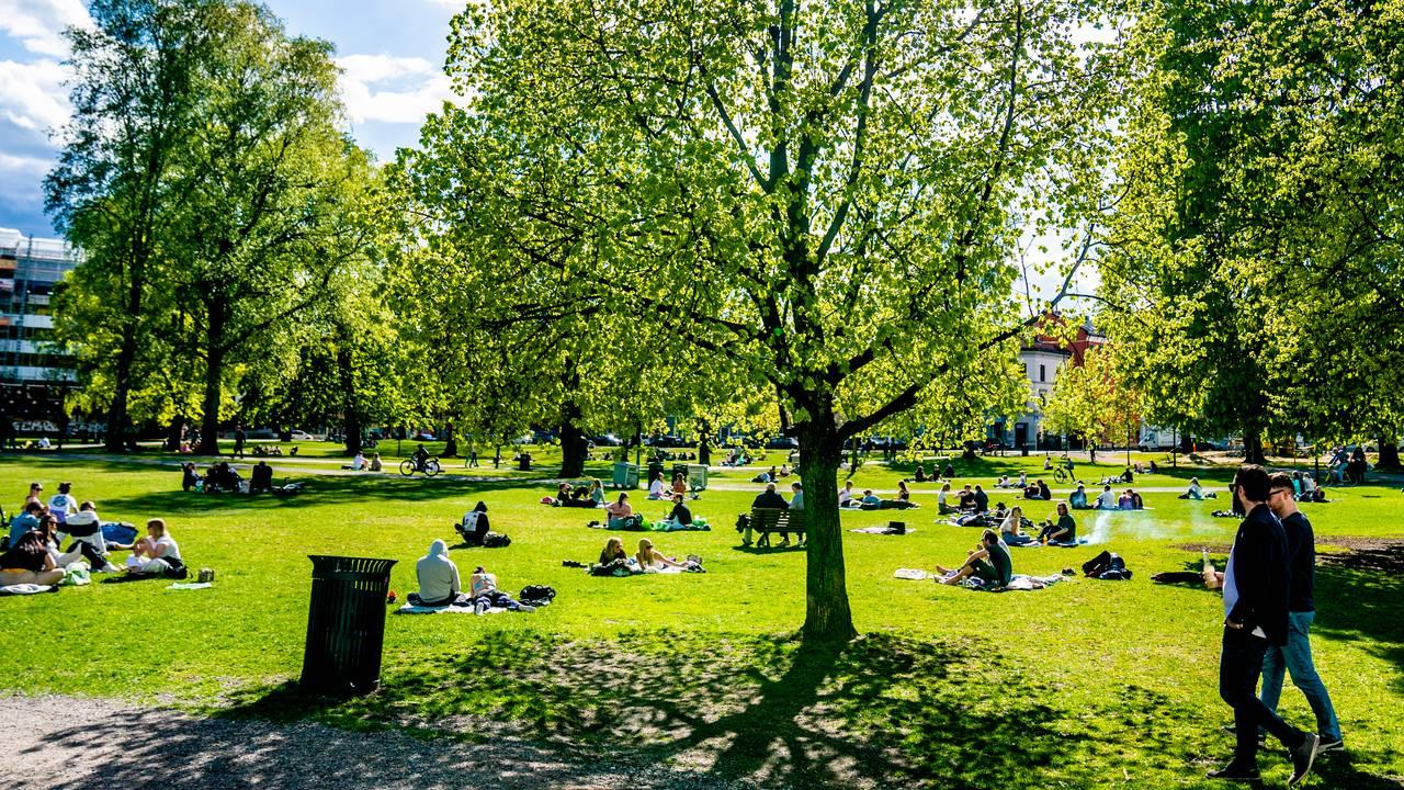 Stemningsbilde fra Sofienbergparken i Oslo lørdag 2. mai 2020.