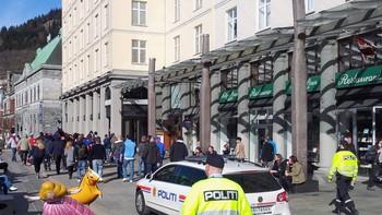 VIF-supporterar med politi på slep gjennom Bergen sentrum