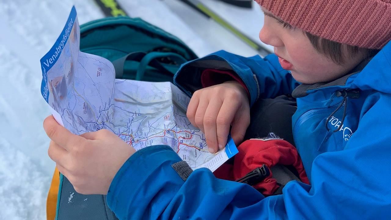 Barna lærer å bruke kart og kompass når familien er på turer i fjellet.