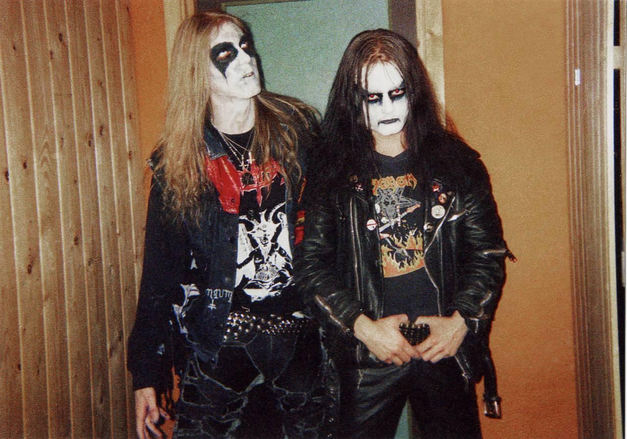 Pelle Ohlin og Øystein Aarseth poserer backstage før en konsert. Begge har på seg liksminke og ser veldig seriøse ut.