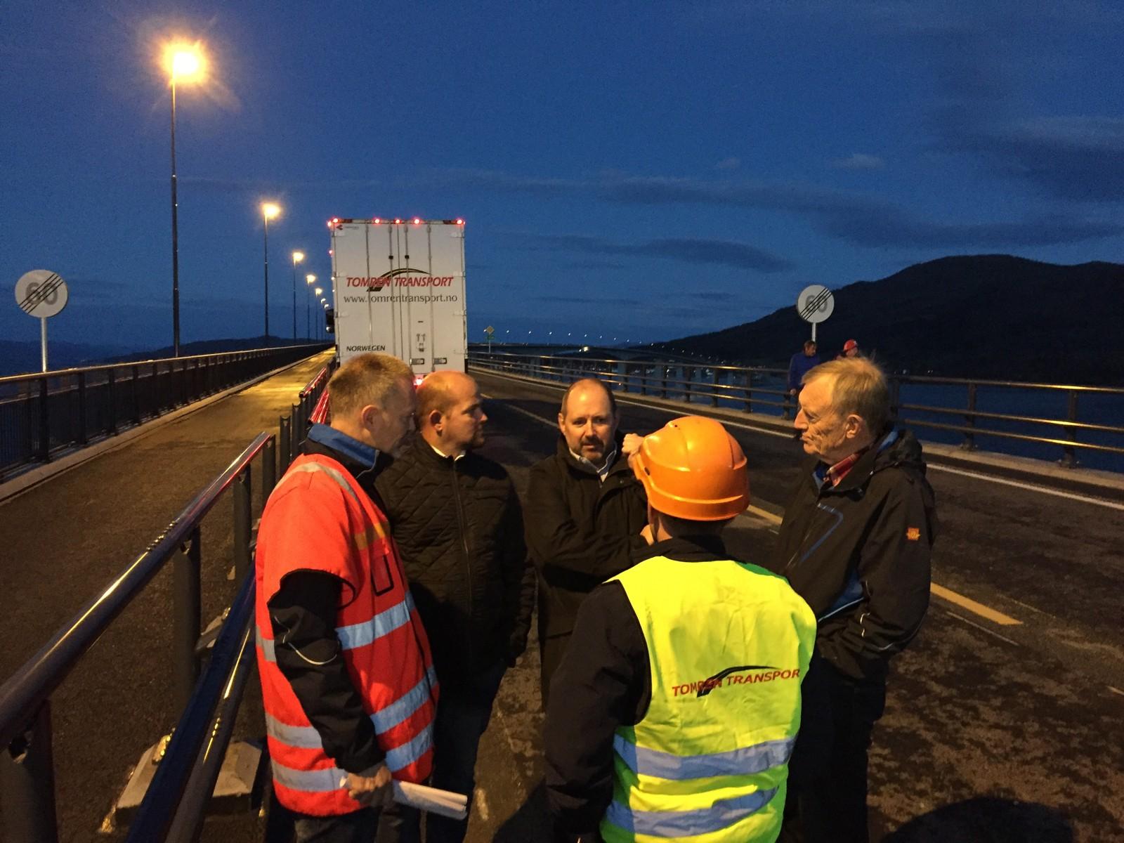 Roald Fiksdal, styreleder i Eksportvegen AS, Trgeir Stene og ordfører i Vestnes, Geir Inge Lien var blant dem som var på brua fredag kveld.