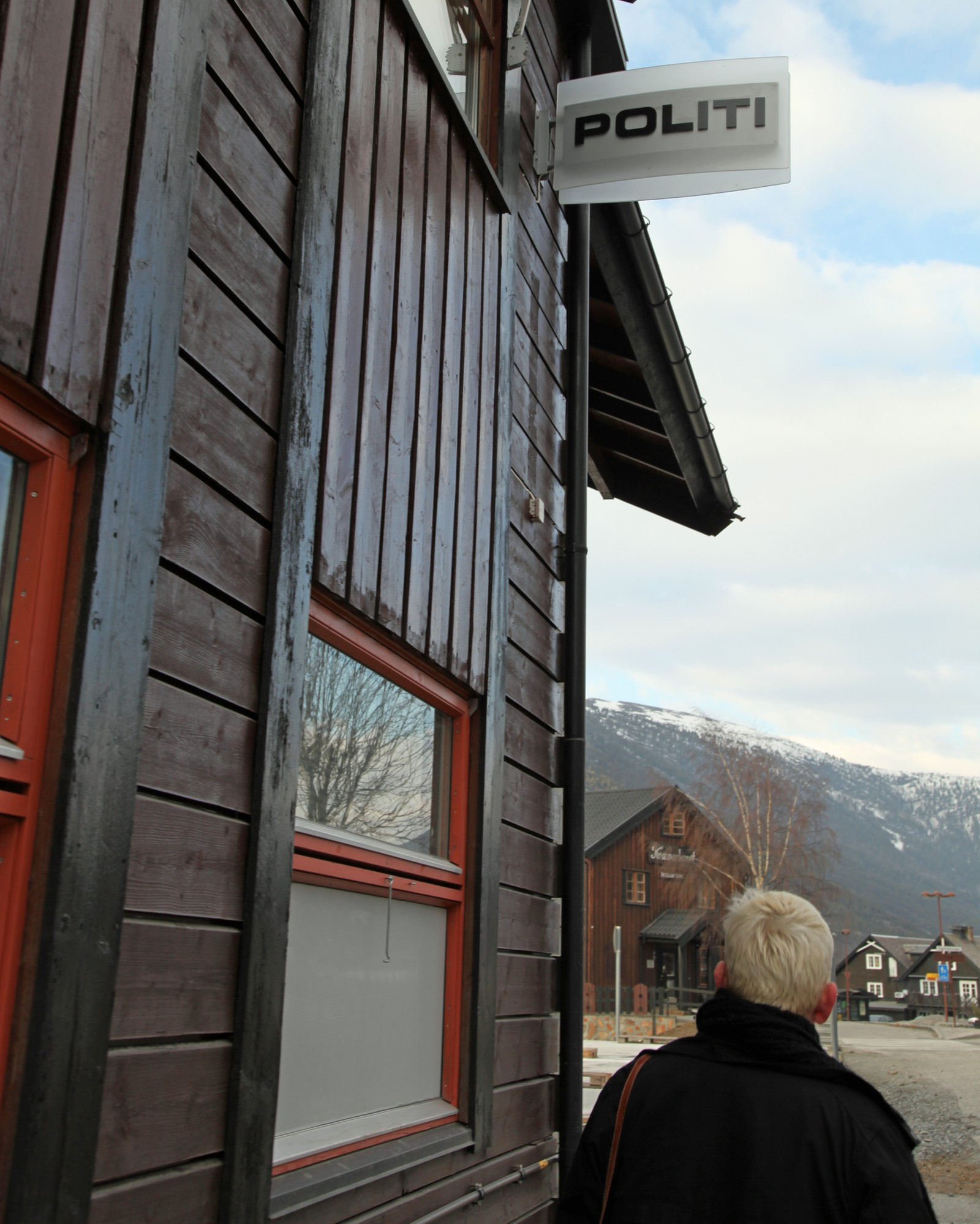Lensmannstasjonen i Kroken og Koldens krimbøker, holder til her. Alle politifolkene er oppdiktet, men etterforsker Jørgen Vold har en modell i virkeligheten, utseendemessig.