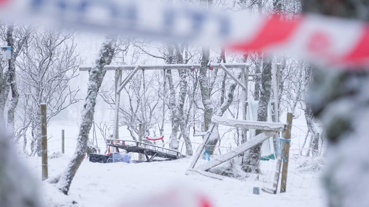 Branntomta etter hyttebrann i Risøyhamn, snø, sperrebånd fra politiet.