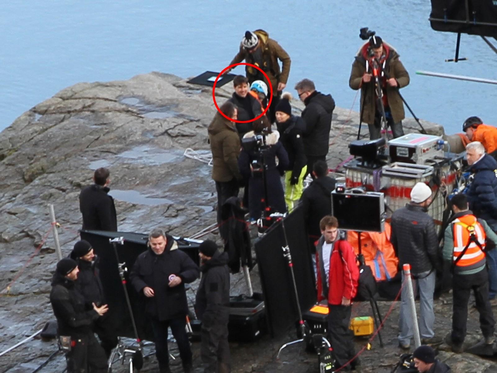 Tom Cruise så ut til å kose seg på Preikestolen. Filmfolk har rigget på toppen i flere dager.