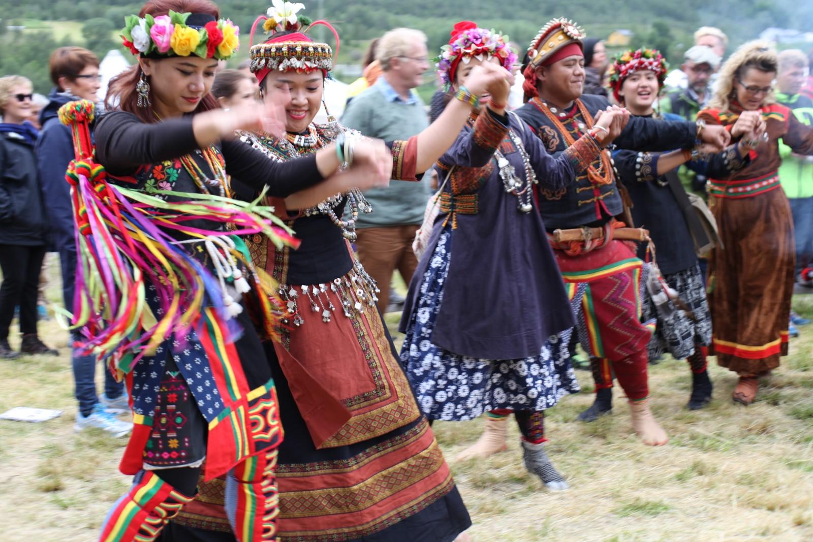Tuhi Martukaw (foran) ledet an i dansen.