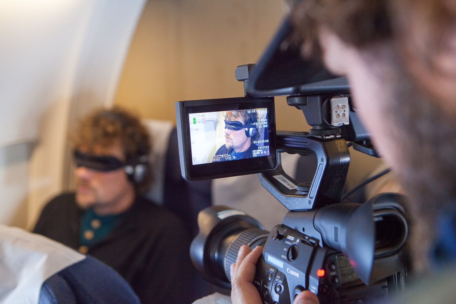– Flyselskapene er også veldig hjelpsomme med å være diskret når de annonserer om bord i flyet, i tilfelle han skulle greie å høre noen ord gjennom øreklokkene. I tillegg sitter Anne gjerne å hamrer på øreklokkene når det blir sagt ting, forklarer regissør Håvard Jenssen.