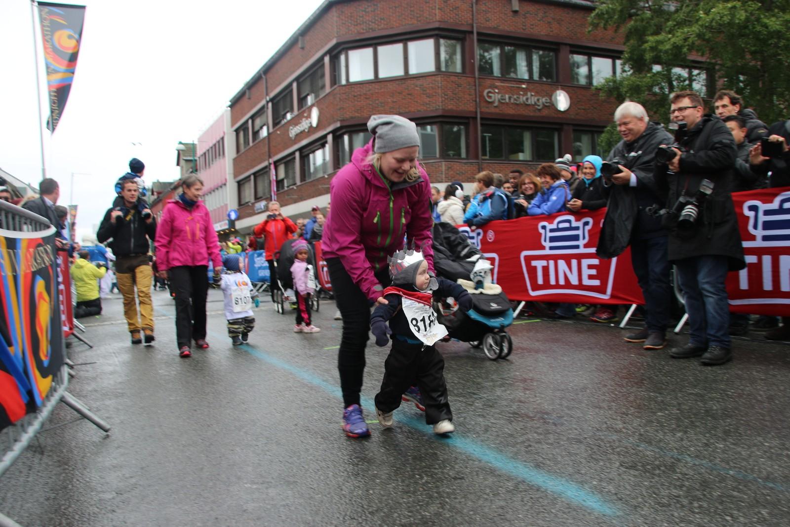 Noen av deltakerne i Labb og Line-løpet stilte med krone på hodet. Foto: Ida Louise Rostad / NRK