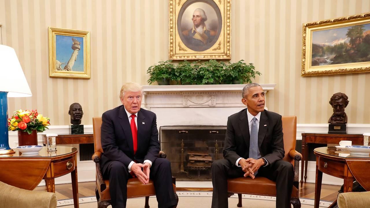 Barack Obama og Donald Trump i Det ovale kontor i Det hvite hus slik det så ut under Obama. Trump på besøk 10. november 2016 etter valgseieren.