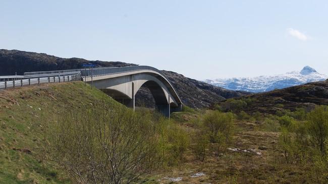 VEIEN: Åkviksundbrua forbinder Herøy med Dønna. Denne veien ble åpnet i 1999. Foto: Billy Jacobsen / NRK