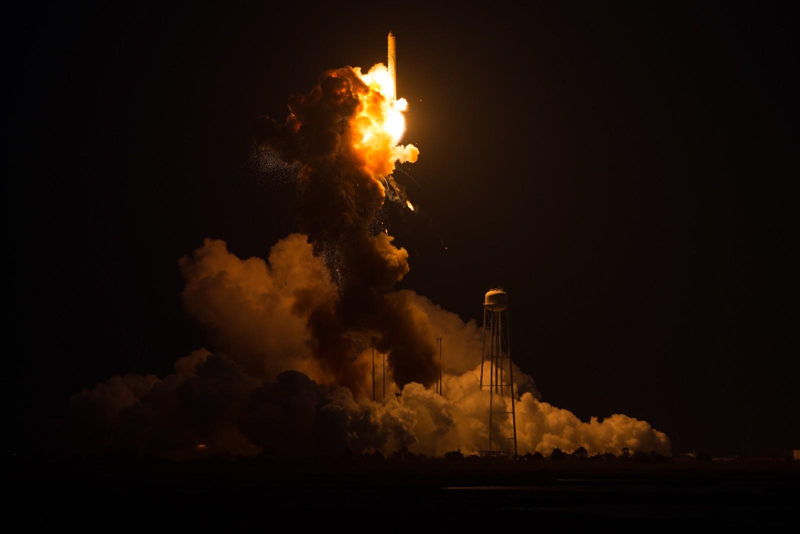 Raketten begynner å falle mot bakken med halen først.