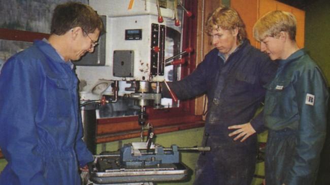 Lærar Jan Nystuen og elevane Gaute Lindskog og Emil Bøen på Luster vidaregåande skule i Gaupne skuleåret 1995/96. Foto: Kåre Øvregard.