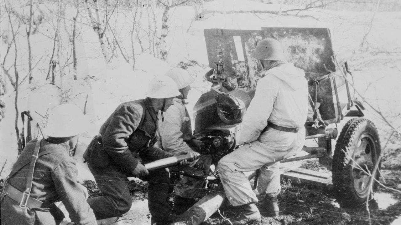 Norsk artilleristilling på Narvikfronten i mai 1940. (Original bildetekst)