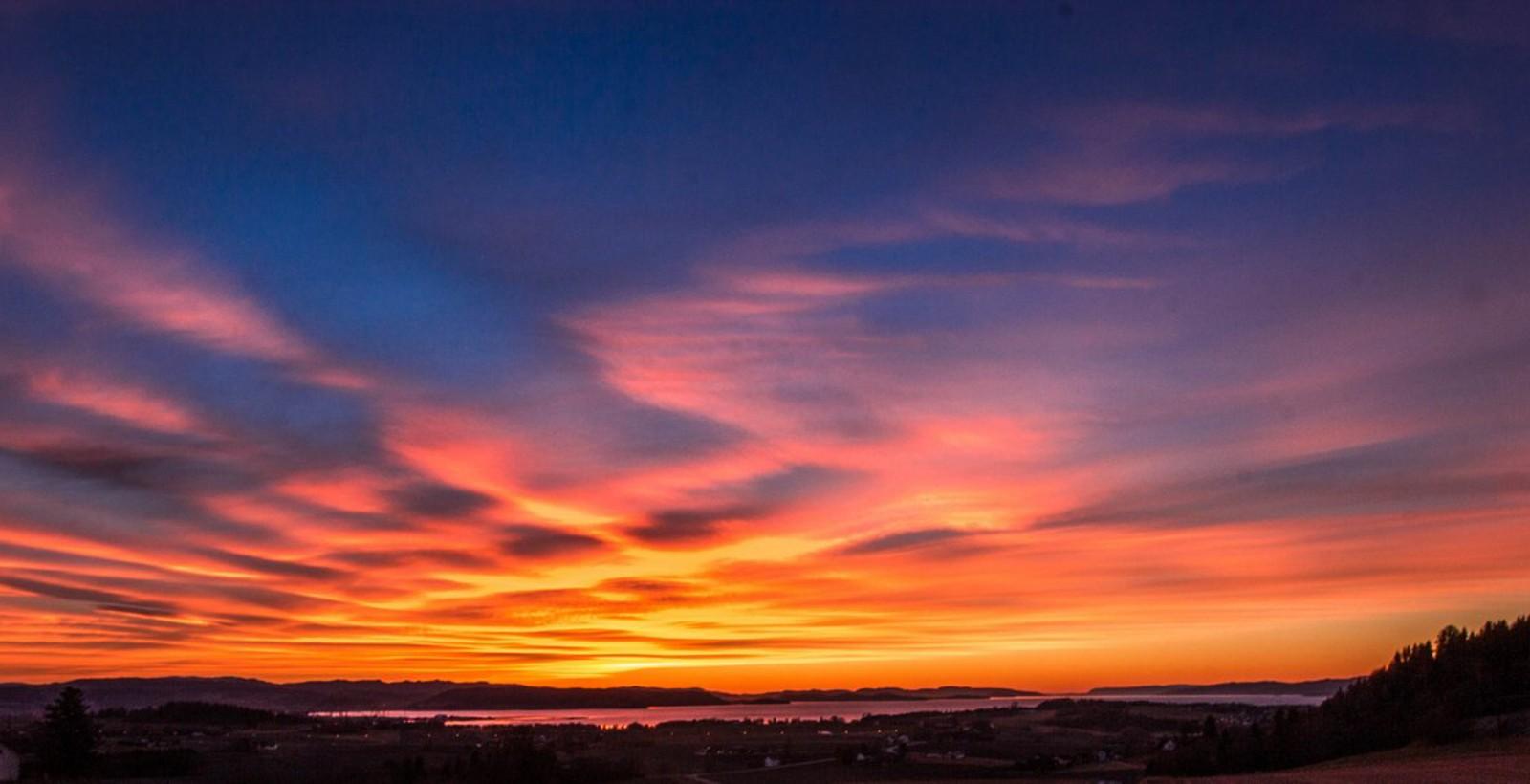Solnedgang over Trondheimsfjorden sett fra Volhaugen i Verdal