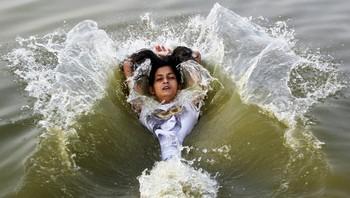 Jente kjøler seg i Ganges i Allahabad