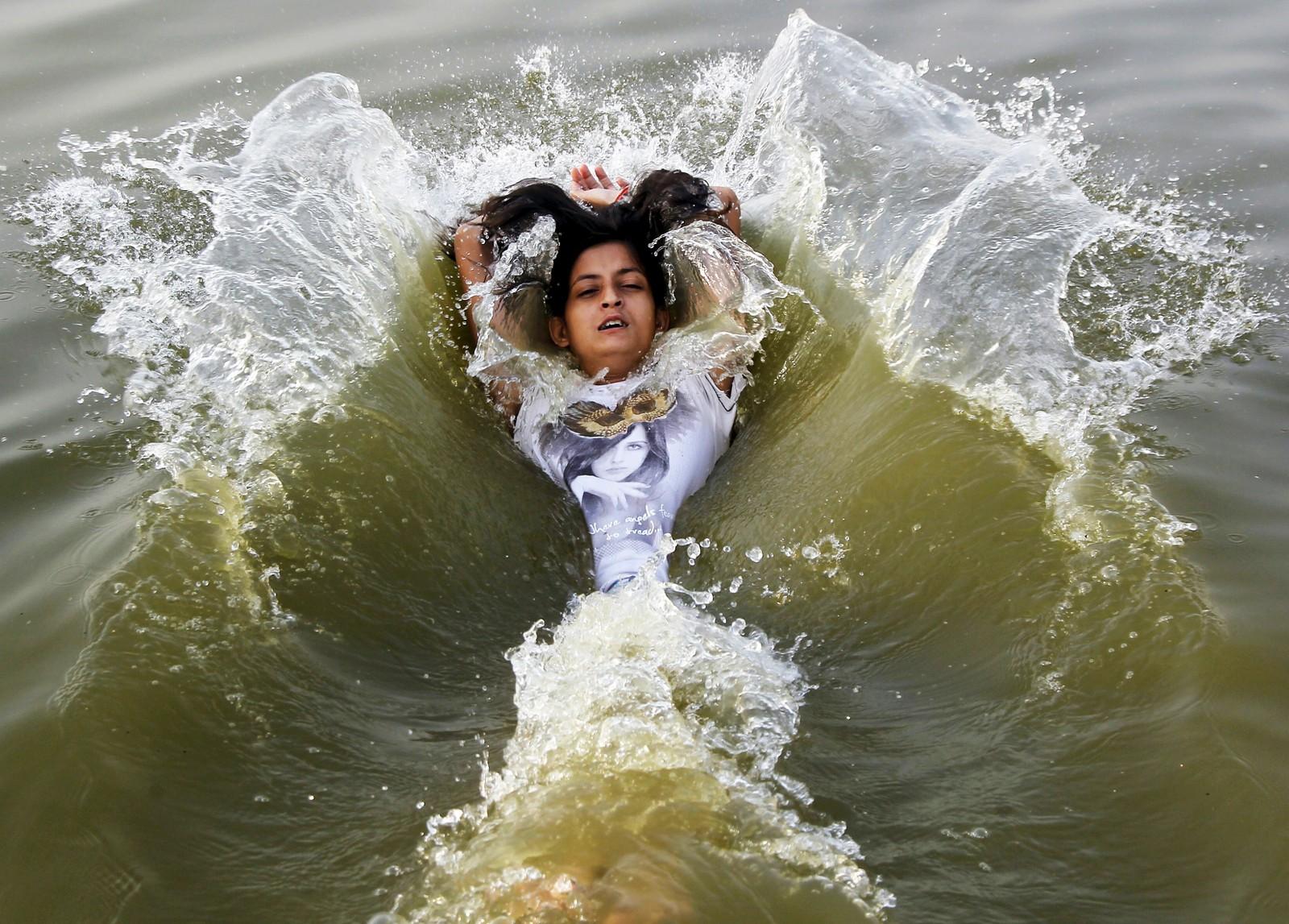 Denne jenta tar seg et avkjølende bad i Ganges i byen Allahabad hvor temperaturen søndag var ventet å nå 46 grader Celcius.