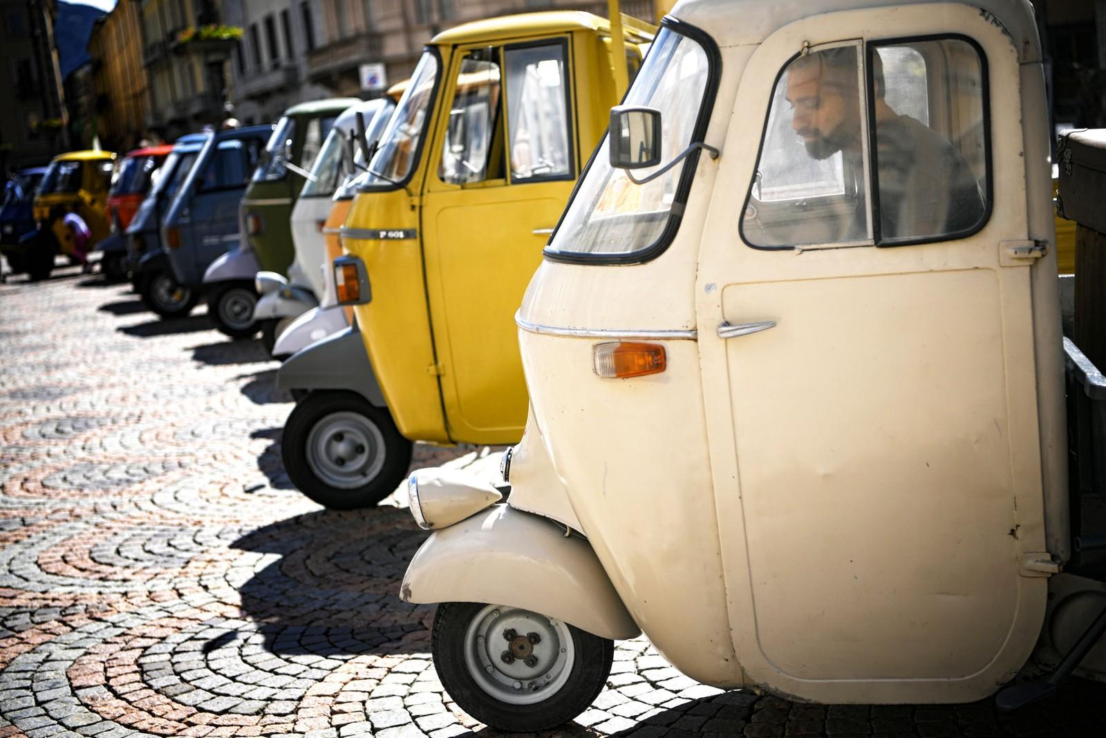 Ape heter dette noe spesielle kjøretøyet. Produsenten Piaggio leverte det første eksemplaret i 1947, og feirer dermed 70 år her i Aosta, Italia.