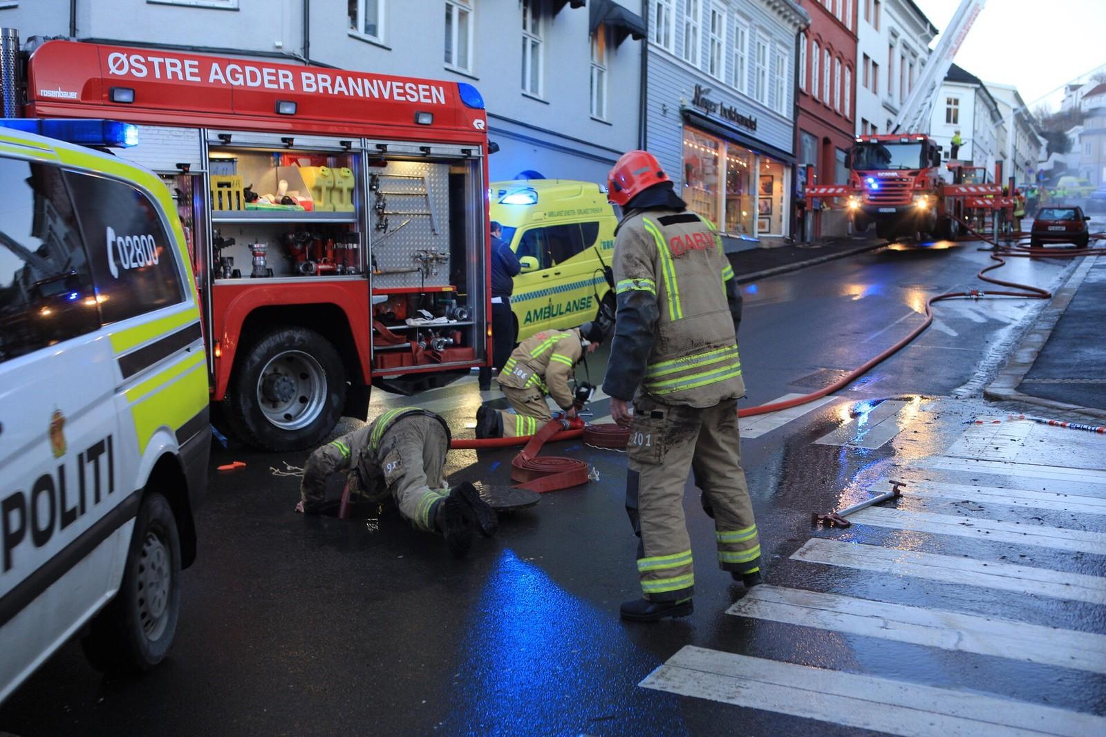 Brannslukking i Arendal sentrum.