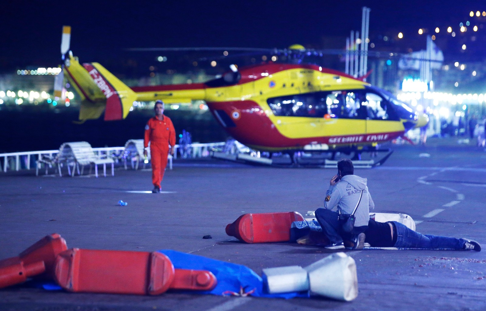Terrorangrep i Nice 14. juli 2016: En skadet person ligger foran et helikopter på strandpromenaden i Nice.