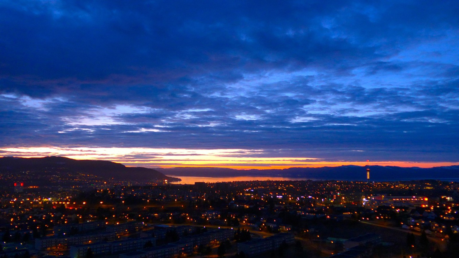 Aprilkvelden senker seg over Trondheim