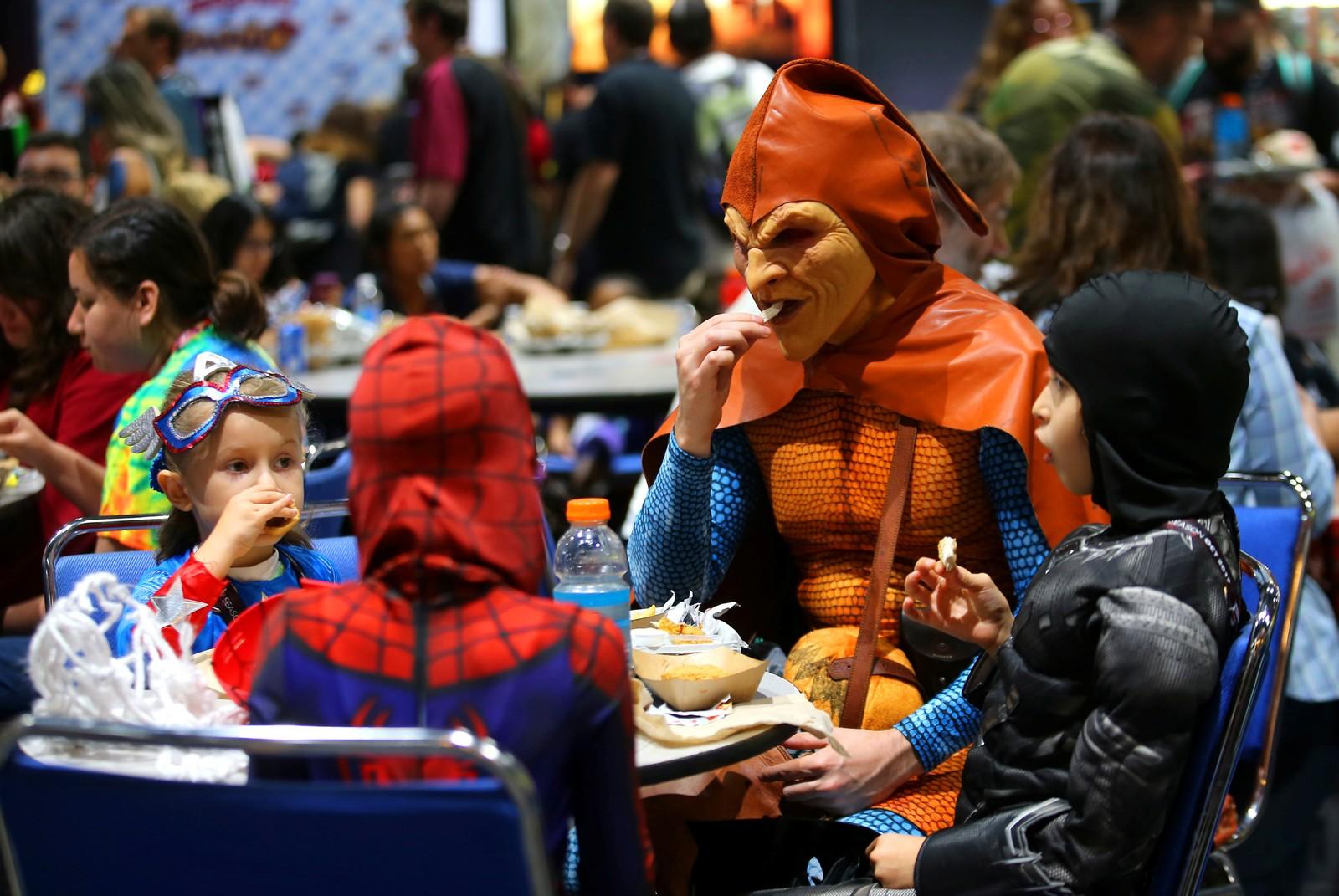 Andre Rhoden, utkledd som Hobgoblin, har tatt med seg barna til lunsj under Comic Con i San Diego i California.