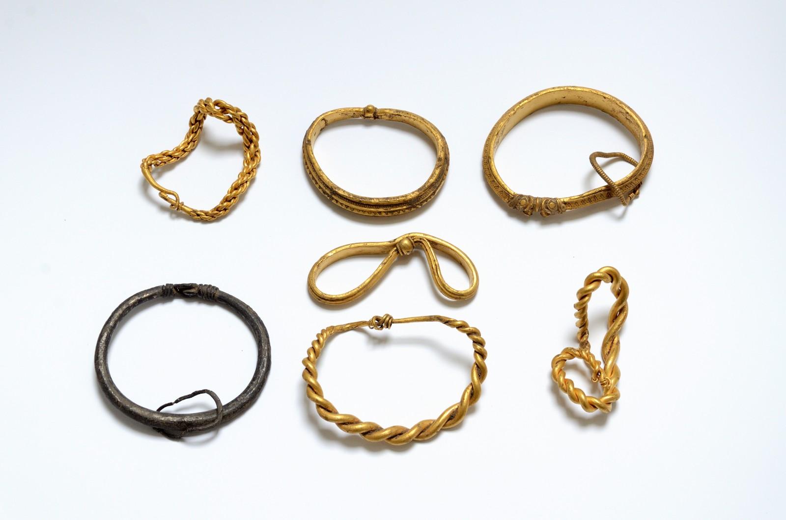 GULLSKATT: Seks armringer i gull og en i sølv fra er funnet på Jylland i Danmark.