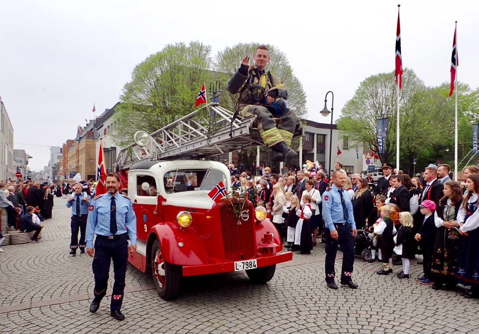 Brannvesenets veteranstigebil er et populært innslag i folketoget i Haugesund.