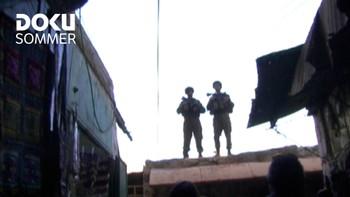 Israelsk dokumentar. Rundt 800 jødiske bosettere med ekstremt fundamentalistiske holdninger bor midt i Hebron, et palestinsk område med 120.000 beboere. Soldater fra hæren bevokter de jødiske bosetterne, og en ung kvinne har i tre år filmet den absurde miksen av småbarn, de ytterliggående foreldrene deres og soldatene. (Soldier on the Roof)