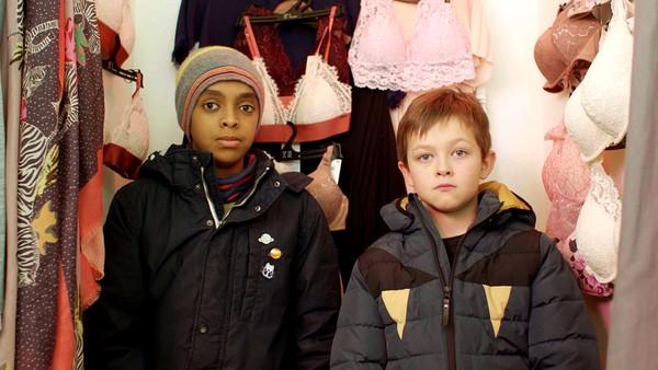 Kan Martin klare å imponere Delia, slik at hun blir med på skoleball? Enkelt blir det ikke, for Christopher har et opplegg på gang.
