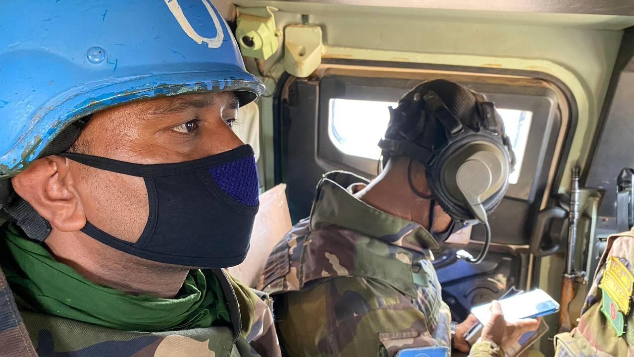 FN-styrkene patruljer daglig i områdene rundt byen Gao nordøst i Mali. Soldaten med blå hjelm styrer maskingeværet på taket av det pansrede personellkjøretøyet ved hjelp av en monitor.