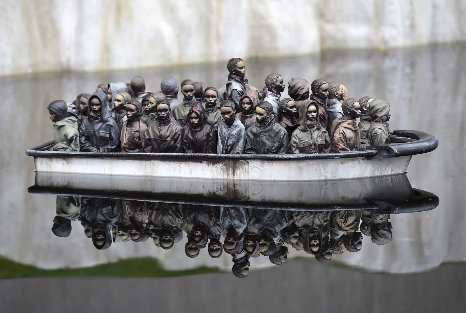 Også denne kommentaren til flyktningekrisen i Middelhavet er en del av Banksys Dismaland.
