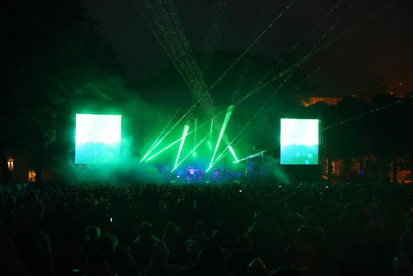 Pet Shop Boys får hele Bergenhus til å danse i regnet.