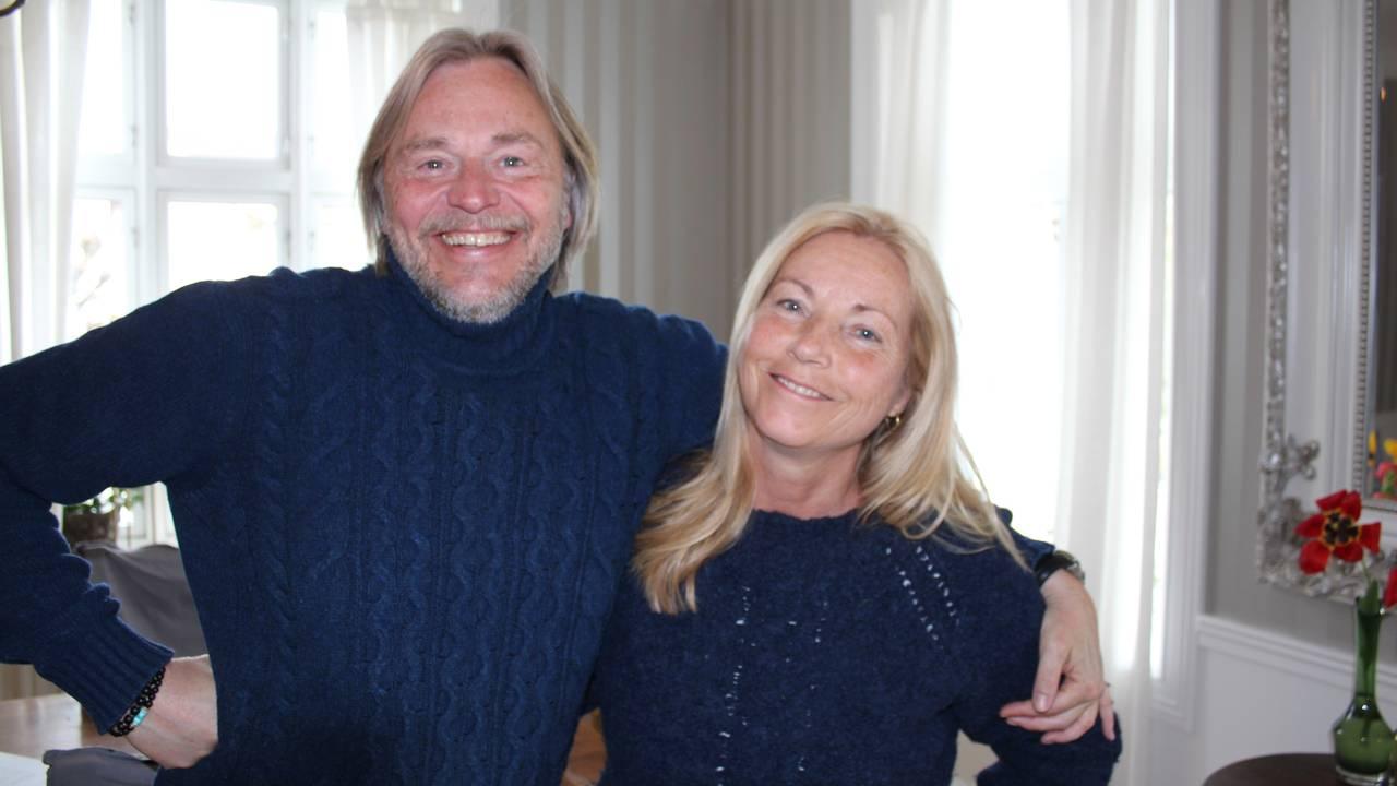 Sigurd Haavarsen og Anja Katrine smilende hjemme i stua på Hamar.