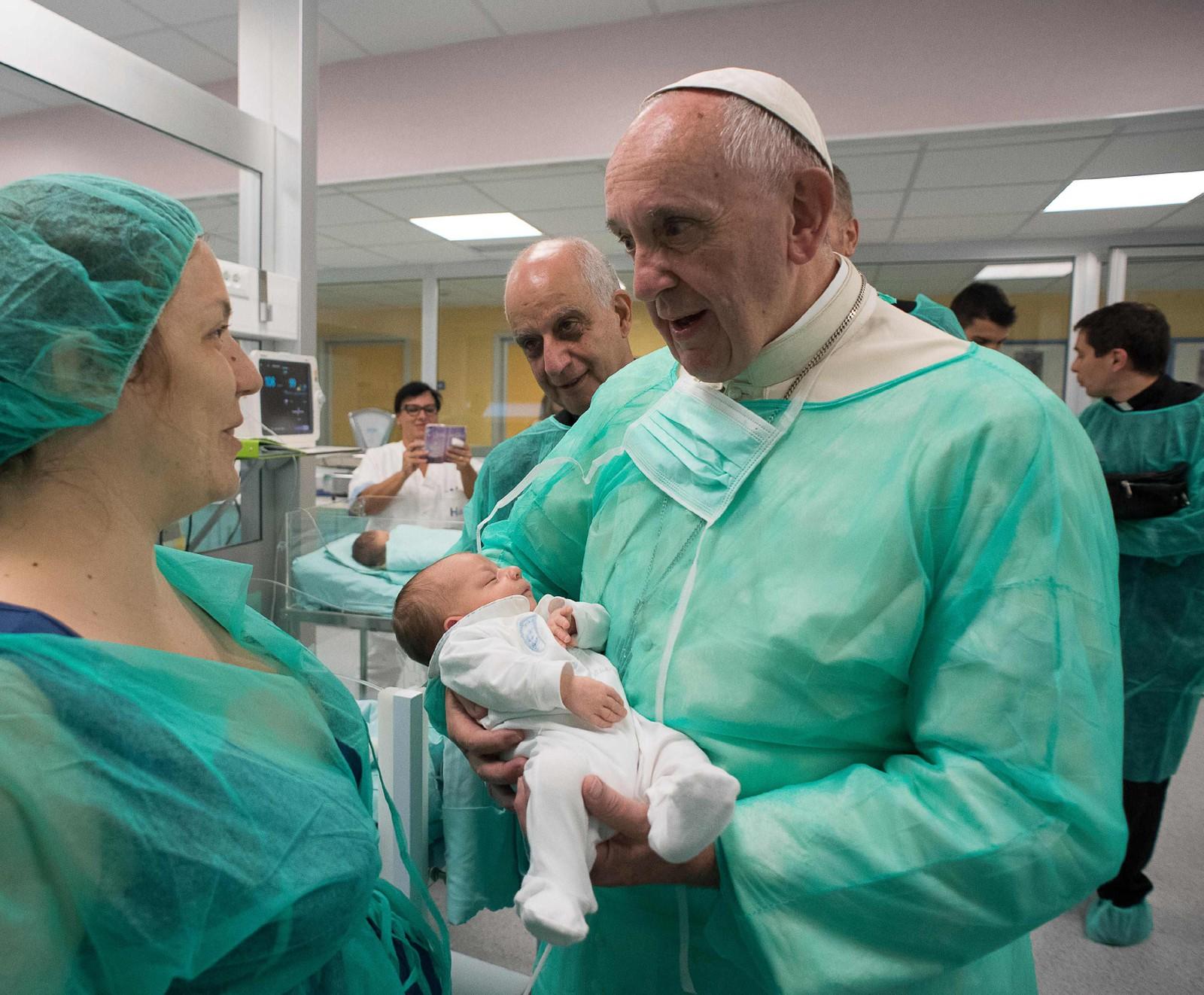 Pave Frans besøkte nyfødtavdelingen ved San Giovanni-sykehuset i Roma 16. september.