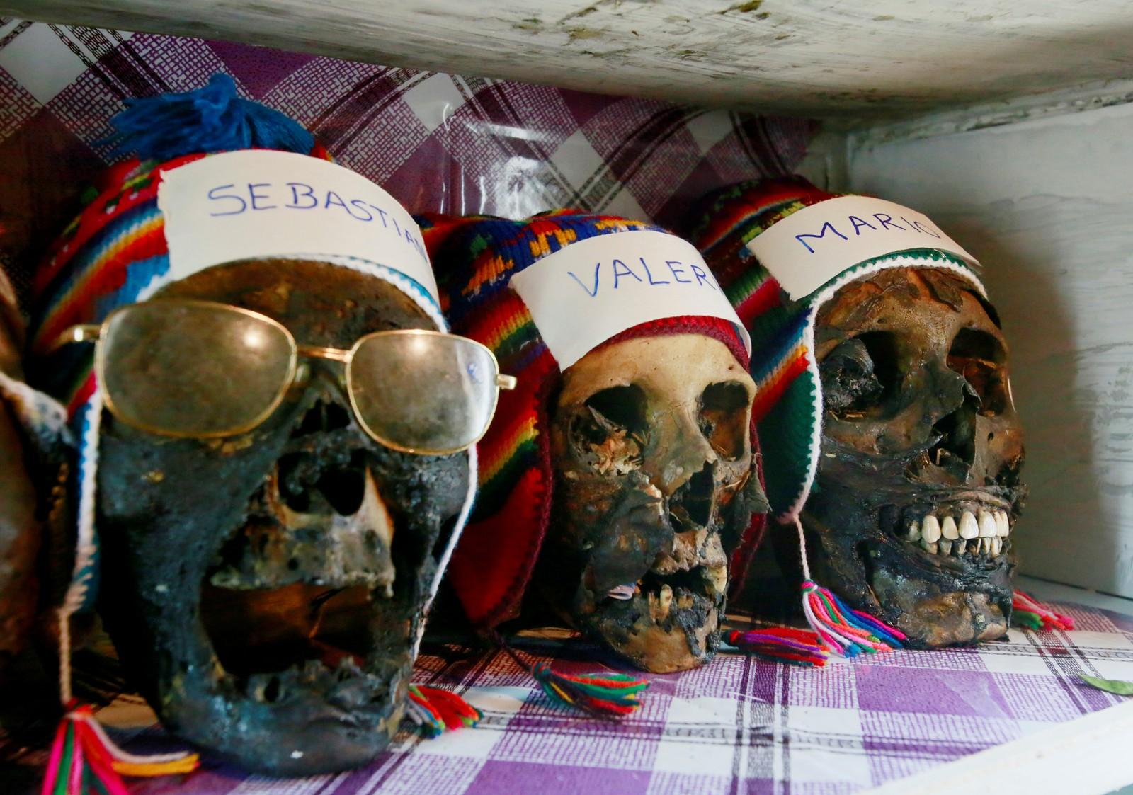 """Hodeskallene til en heksedoktor før feiringen av """"hodeskallens dag"""" i Bolivia."""