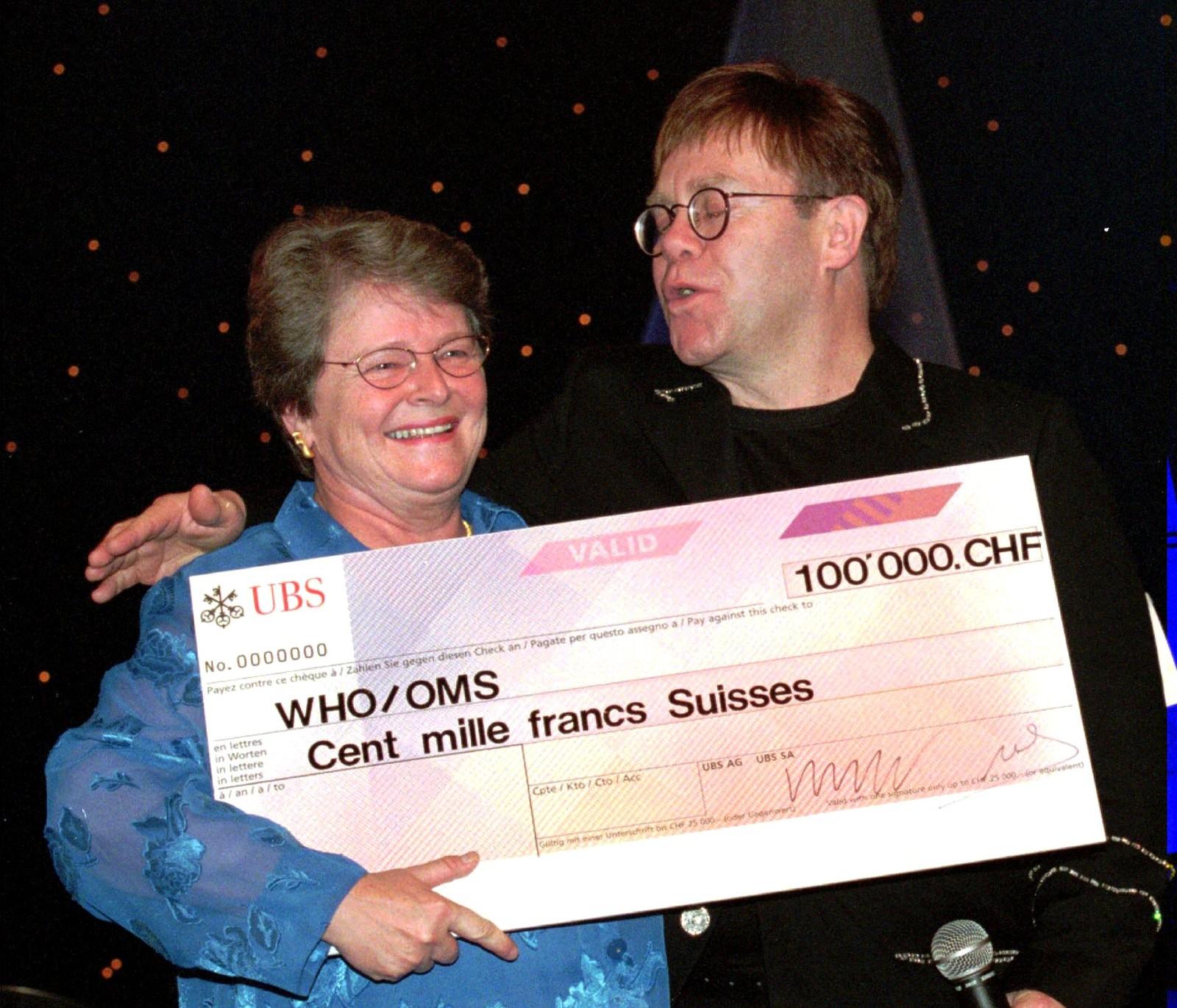 1998: Etter ein konsert i Geneve gjer Elton John ein sjekk på 100.000 sveitsiske francs, i kampen mot hepatit B, til generalsekretær Gro Harlem Brundtland i WHO 7. november.