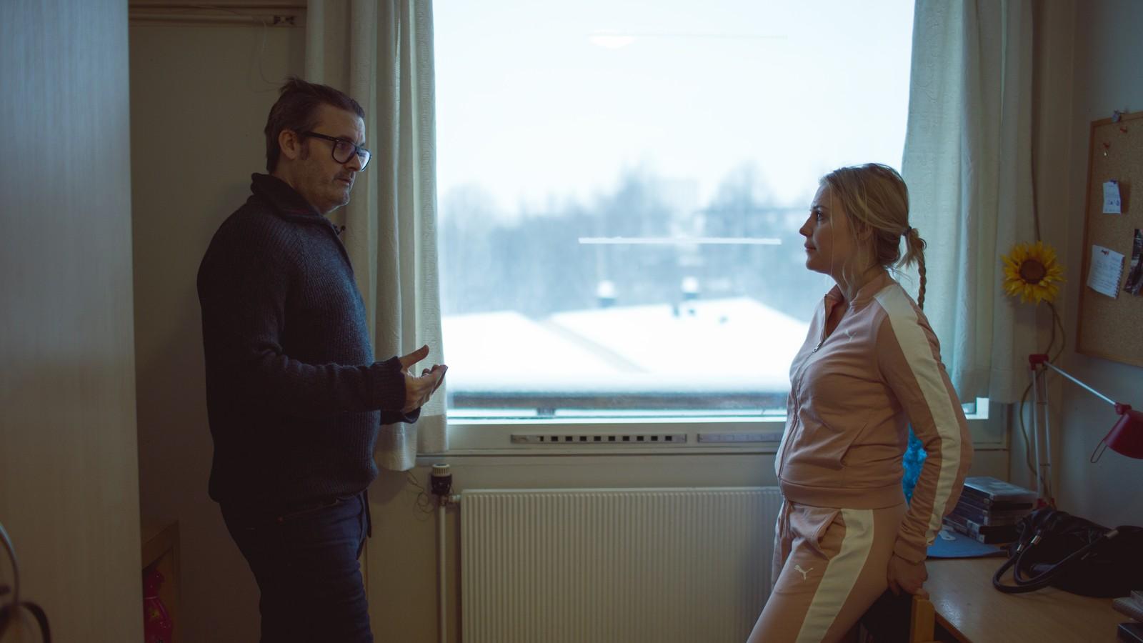 Thomas Seltzer snakker med Amelia, en innsatt ved Bredtveit kvinnefengsel.