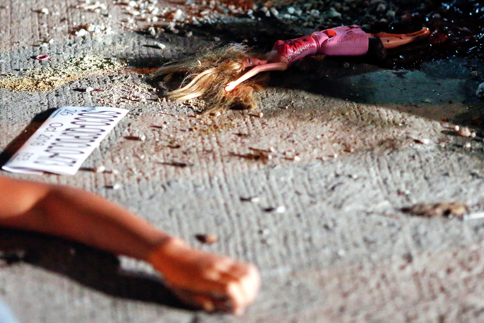 En 17 år gammel jente ligger ved siden av en Barbie-dukke etter at hun og vennen ble drept av ukjente gjerningsmenn. Ved siden av den døde kroppen til jentas venn, lå en lapp med påskriften «Du er en langer, du er et dyr».