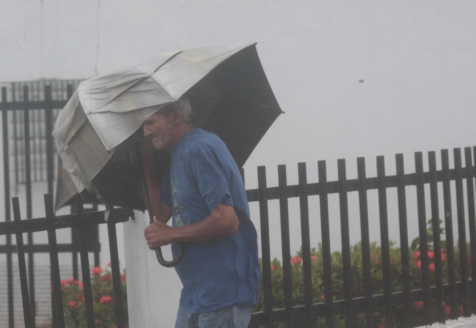 En mann begir seg ut i gatene i Fajardo i Puerto Rico etter at orkanen beveget seg videre nordover.