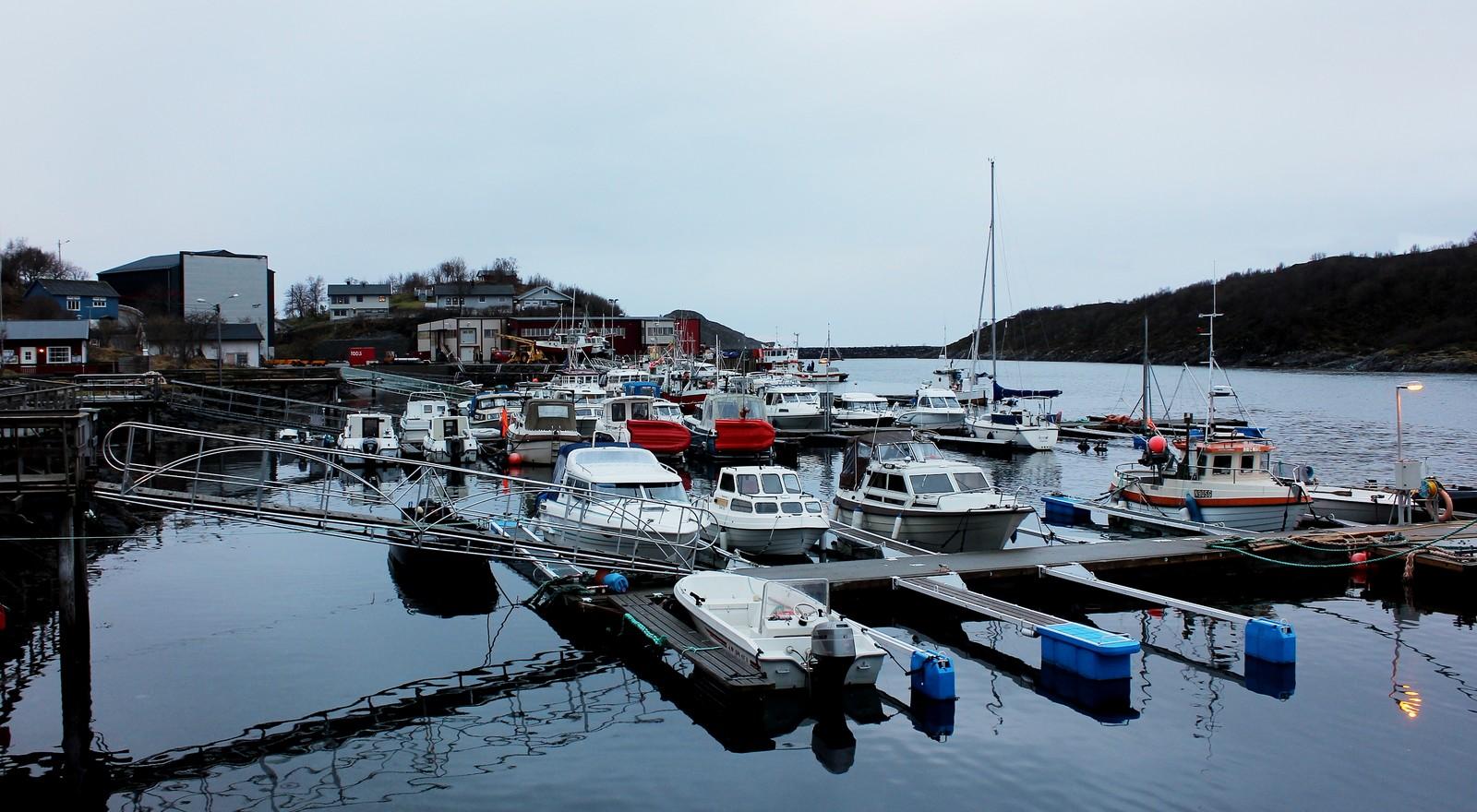 En stille og rolig dag på småbåthavna i Helnes.